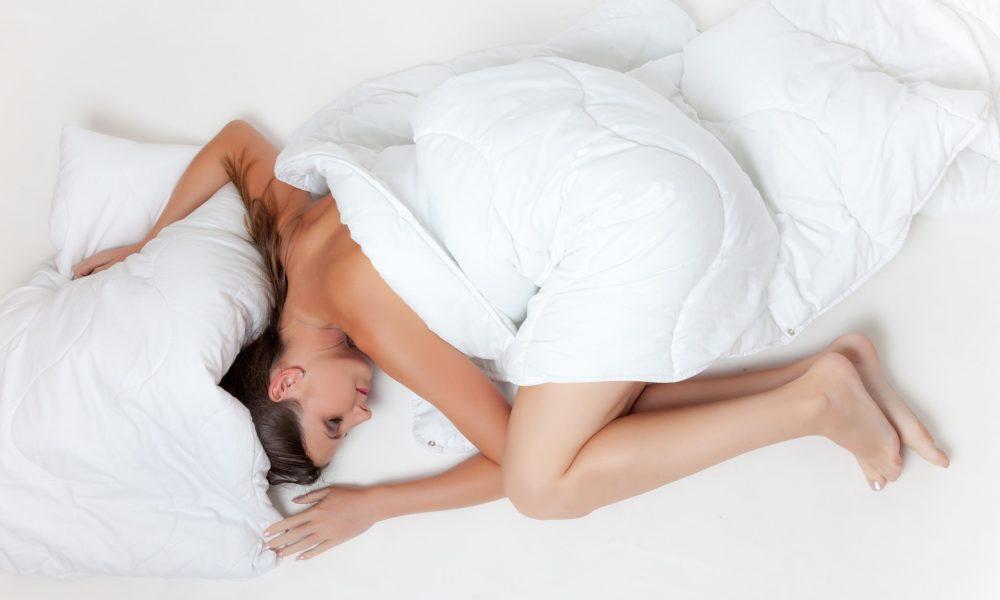 mujer tumbada en la cama descansando
