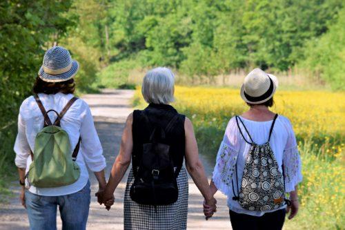 Chicas adultas de espalda dando un paseo