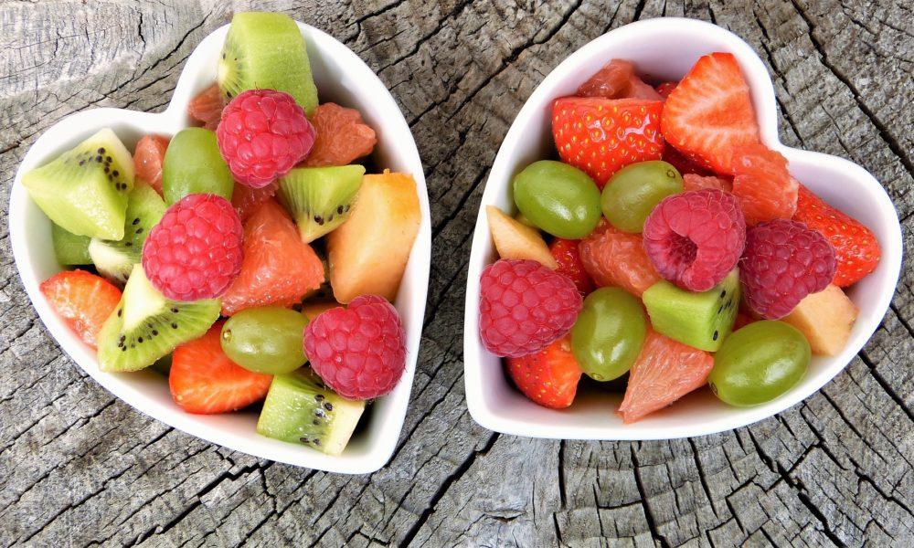 pareja de boles con forma de corazón llenos de frutas, nutrición