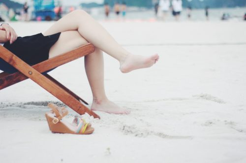 piernas cansadas en la playa