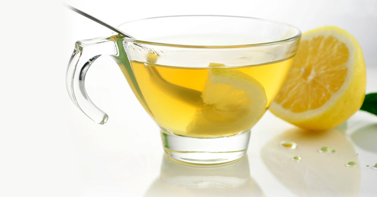 Beneficios de tomar agua tibia con limón en ayunas